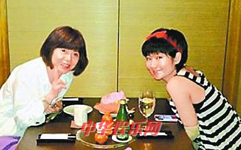 任家萱 田馥甄/任家萱与妈妈上周五一起吃饭,她看来清瘦不少