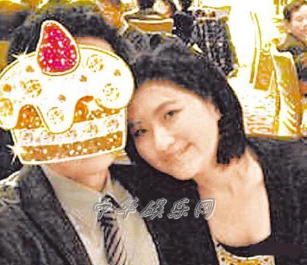 许玮宁/任家萱昨在微博贴和张承中参加小姑婚礼照,俏皮用蛋糕图案遮...