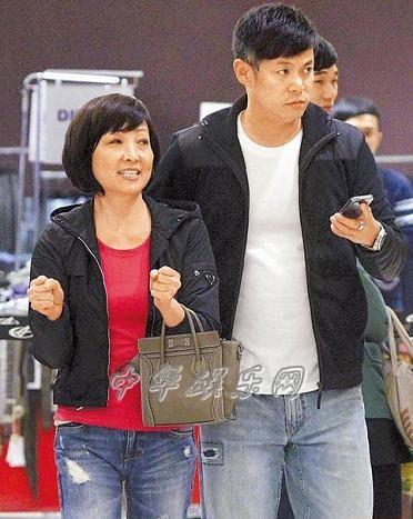 56岁宝妈(王美华)和44岁汪建民穿情侣装、情侣鞋看电影(图)