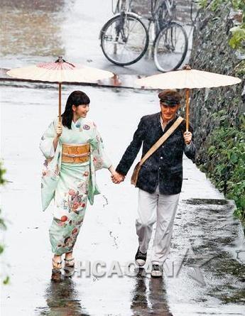金城武和长泽雅美雨中撑伞谈情冒雨跳舞被淋成落汤鸡(图)