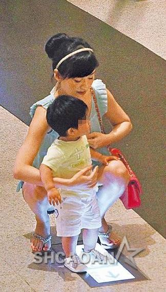 34岁王怡仁当众腿开开陪儿子玩 不打算复出想生第2胎(图)