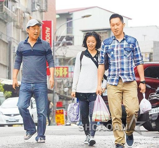 赵中廷夫妇陪父亲看望98岁爷爷吴宗宪:赵树海不是省油的灯(图)