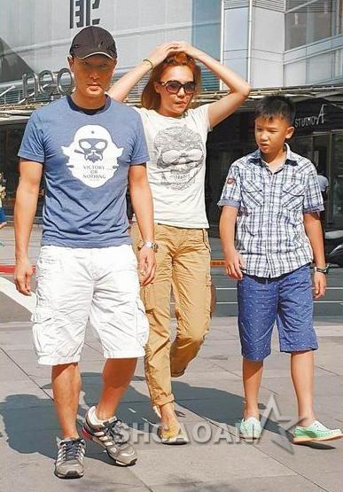 47岁谢先君儿子武带老婆江婷琳和男儿子谢展荣逛街 被赞不老鲜师(图)