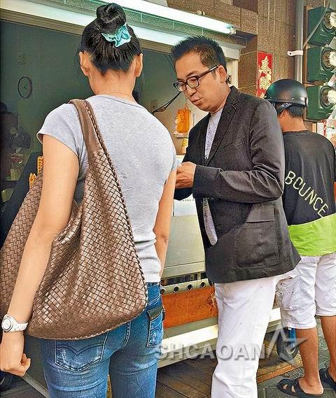王世均带辣妹在澎湖逛街买肉圆老婆洪晓蕾:到底是谁?(图)