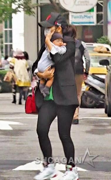 徐若瑄返台独自抱儿子去看病大腿肉感没时间管理身材(图)