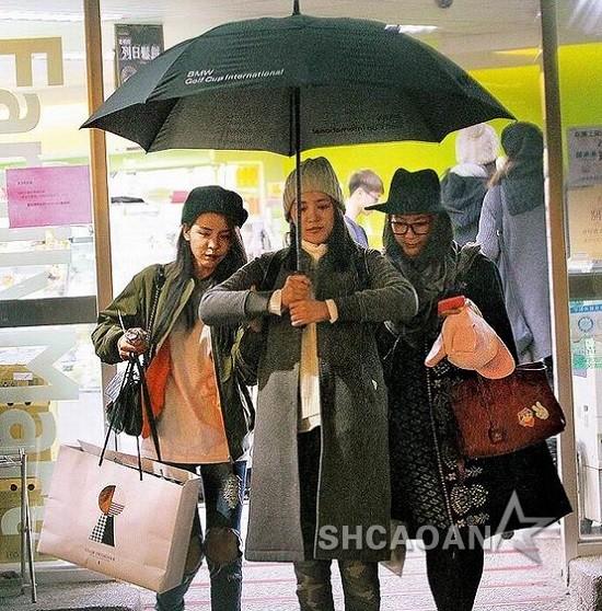 王思平如仪仗队执旗手般撑伞护李毓芬夜、宋米秦离开超市(图)