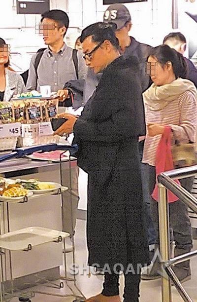 44岁陈志朋盘发髻一身黑衣披挂像道士吴奇隆婚礼当伴郎(图)