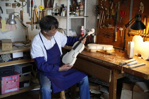 再创辉煌,荣耀铸造——王特获得卡赞勒克国际现代提琴制作比赛第一名