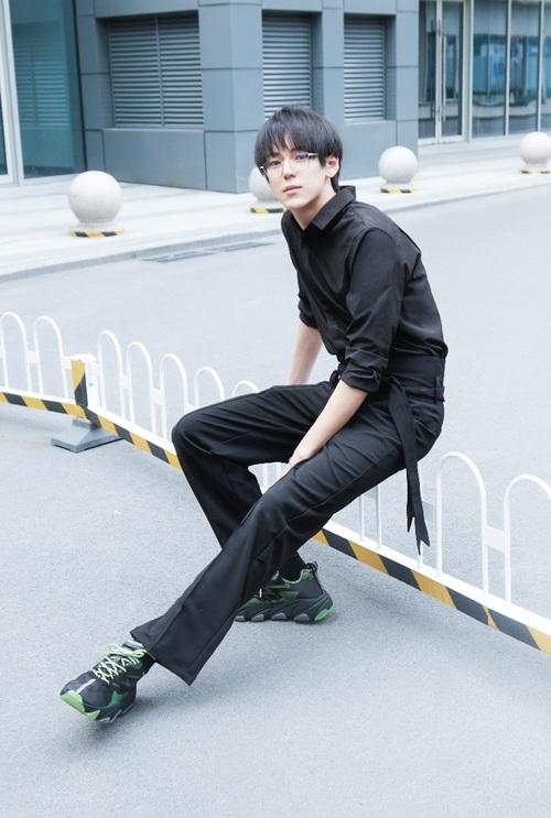 新生代小生赵天戈着拼色ASHEROS上镜街拍大显长腿优势