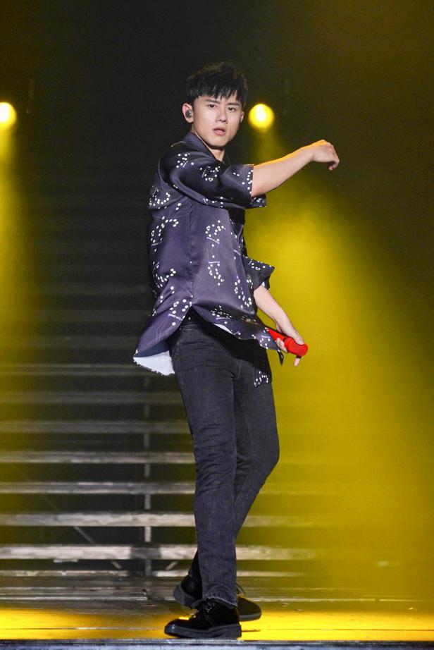 张杰重庆演唱会与谭维维合唱《逆战》燃炸全场硬朗肌肉引歌迷尖叫