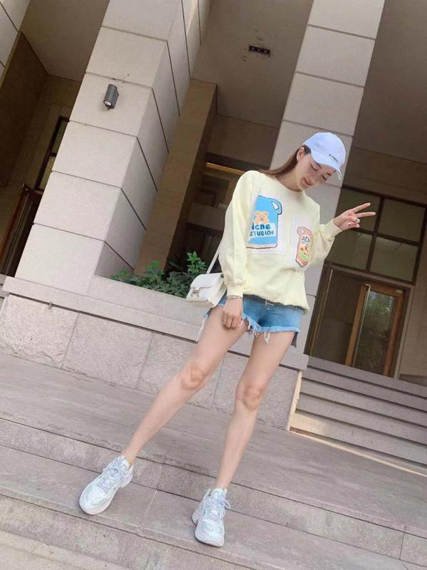 吴亚馨穿着STELLALUNA-FW19STELLARLUCIEN入镜街拍化身校园女神