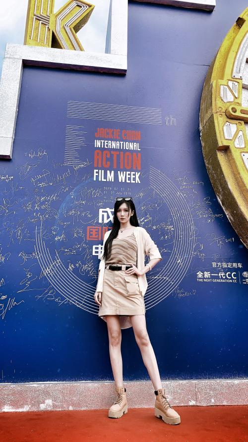 动作女神张已桂亮相成龙国际动作电影周秀长腿