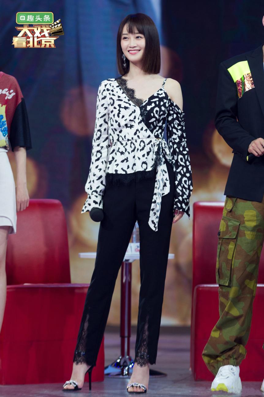 蓝盈莹穿着STELLALUNA-SS19STELLASTRASSCOLLECTION录制《大戏看北京》化身时尚御姐