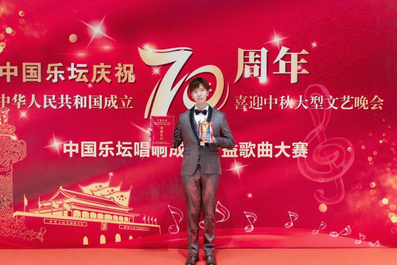 青年歌手李炎�v勇夺中国乐坛中秋大型文艺晚会金奖