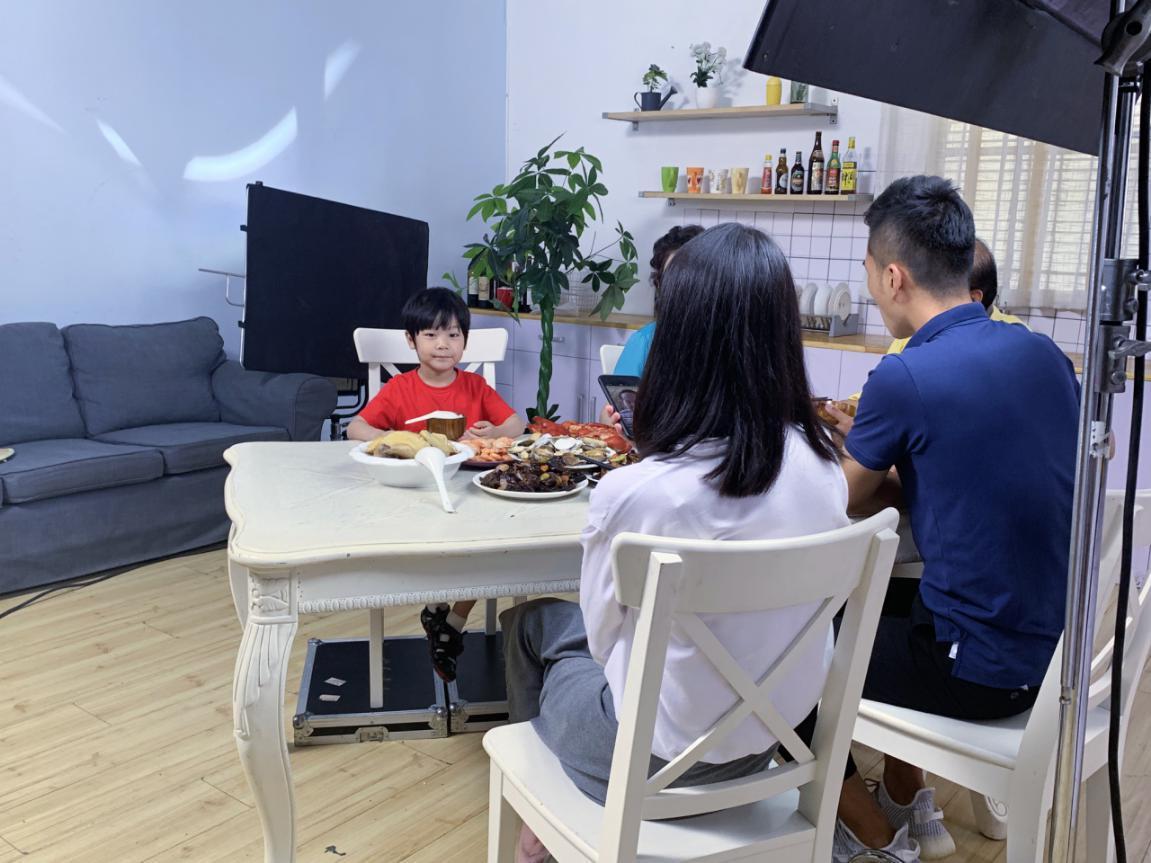 喜聚星旗下签约艺人孙锐轩受邀参与德国知名品牌电饭煲广告拍摄
