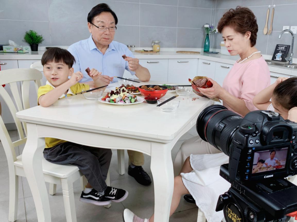 喜聚星旗下签约艺人吴培郡受邀参与品牌酱牛肉广告拍摄