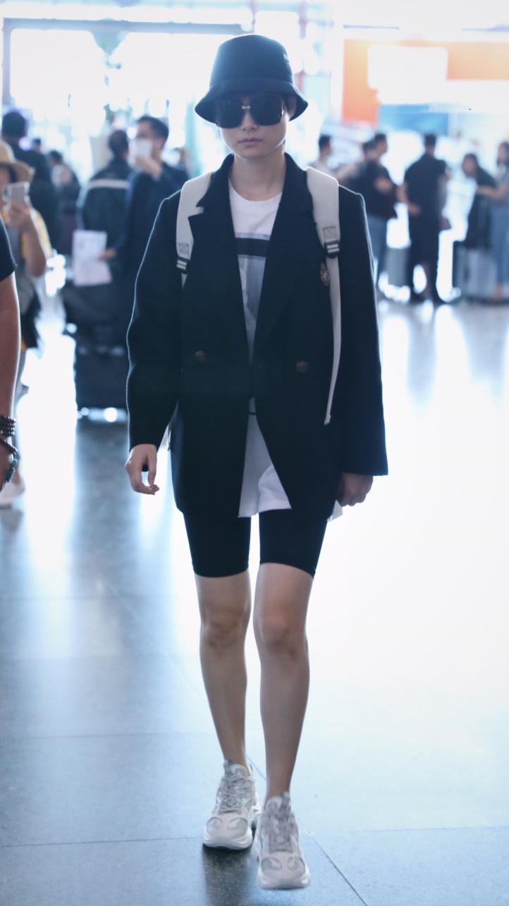 李宇春穿着STELLALUNA入镜街拍时髦造型彰显国际范