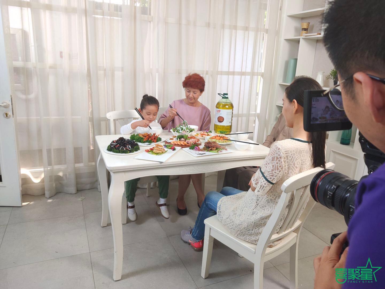 喜聚星旗下签约艺人王霈瑶受邀参与厨道品牌广告拍摄