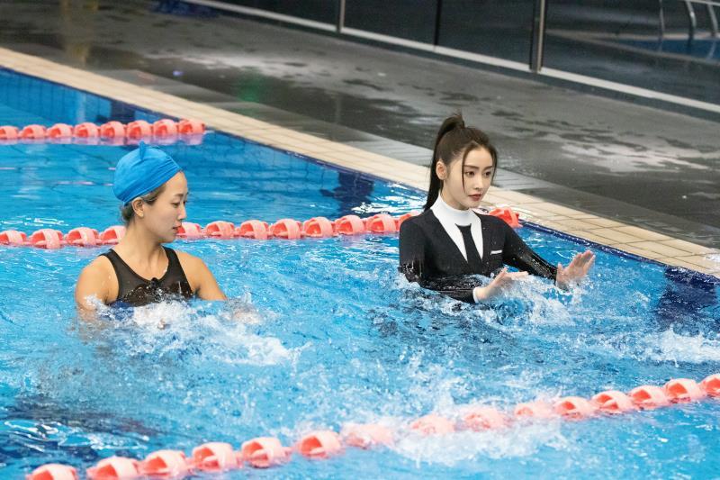 张天爱挑战桨板瑜伽惊险溺水凌潇肃上拳击课被追着打