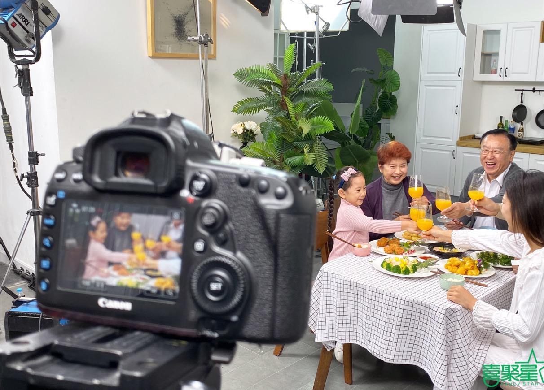 喜聚星旗下签约艺人王霈瑶受邀参与南极白虾仁广告拍摄