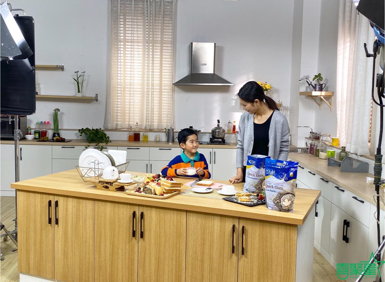 喜聚星旗下签约儿童艺人沈依阳受邀参与加拿大品牌燕麦广告拍摄