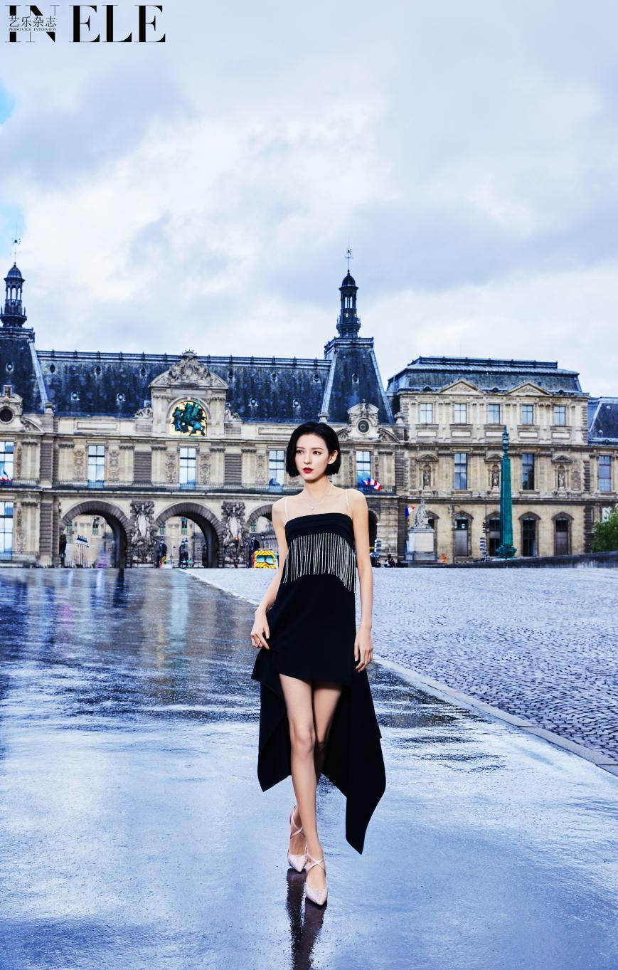 张予曦穿LuxuryRebel亮相巴黎时装周绽放时尚复古之美