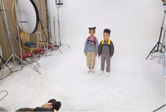 喜聚星旗下签约艺人郭瑞洋受邀参与书包水壶品牌广告拍摄外表出众实力不凡