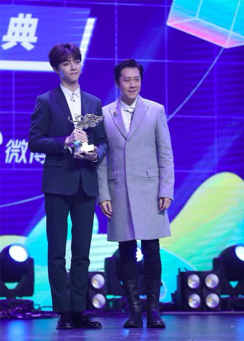 亚洲新歌榜2019年度盛典现场亮点蔡徐坤激动亲吻奖杯