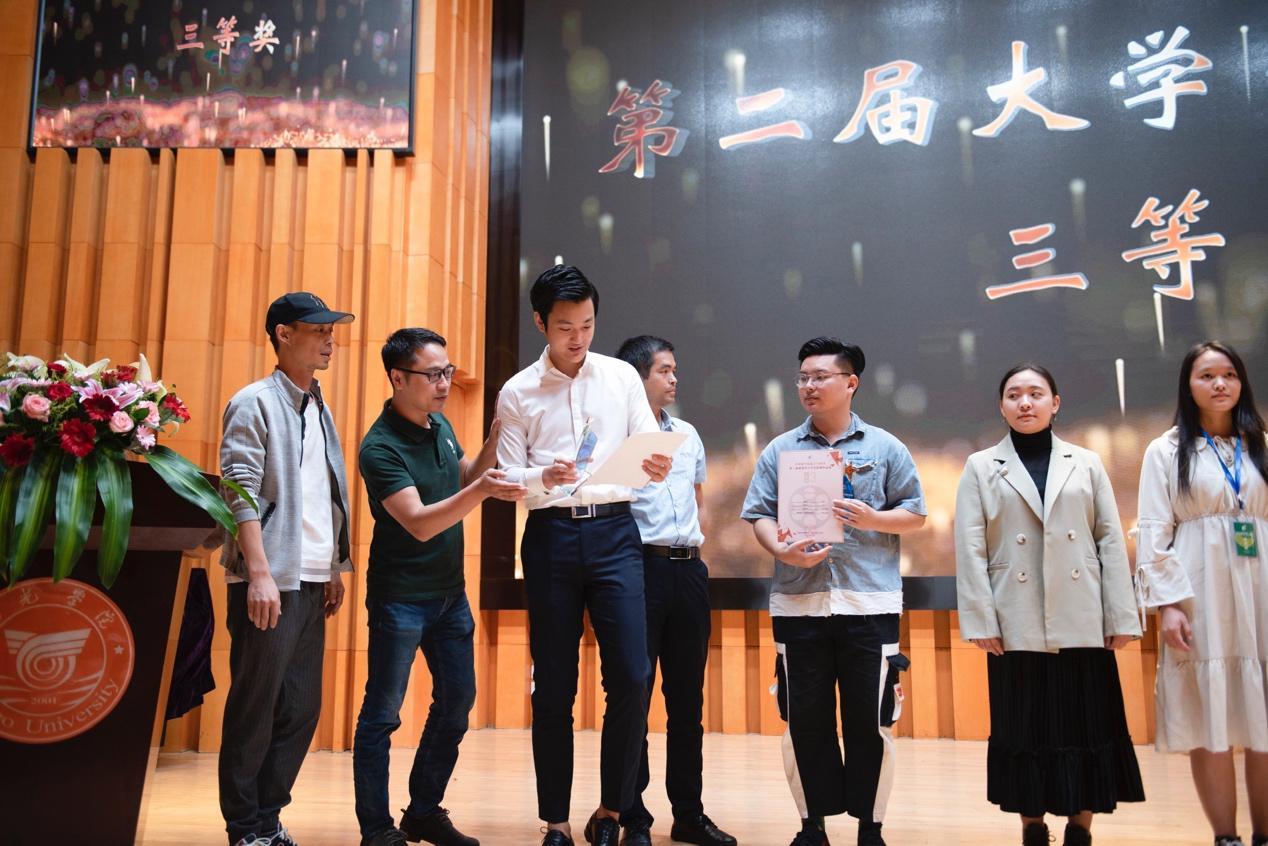 昕影影业杨刚受邀出席大学生影像作品展并为电影新人颁奖