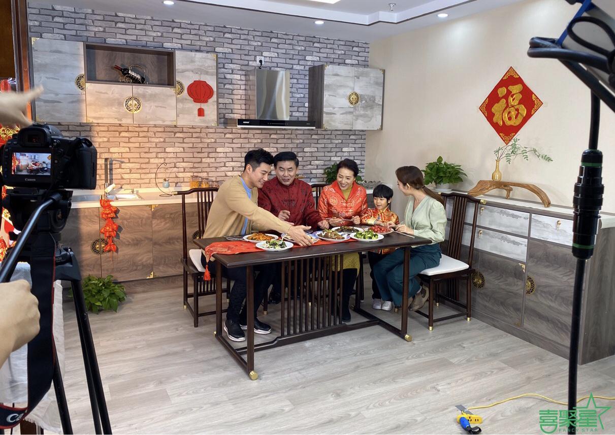 喜聚星旗下签约艺人孙锐轩受邀参与食品广告拍摄绅士小子专业范十足