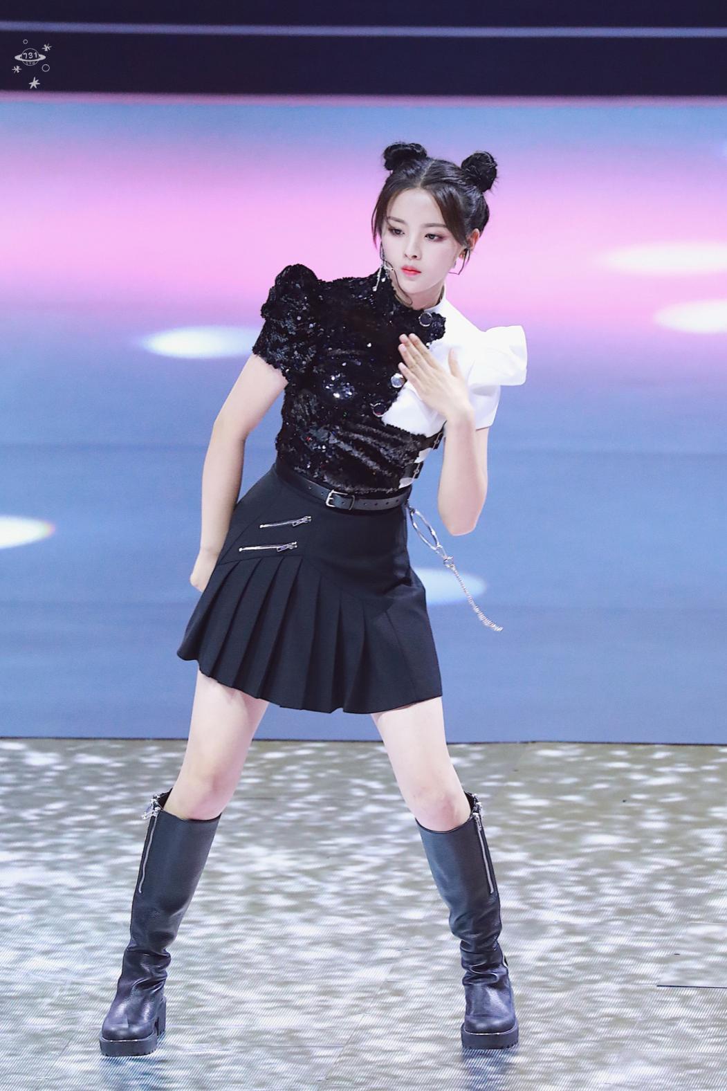 杨超越穿着STELLA LUNA长筒靴出席《超新星全运会》开幕式表演打破次元壁