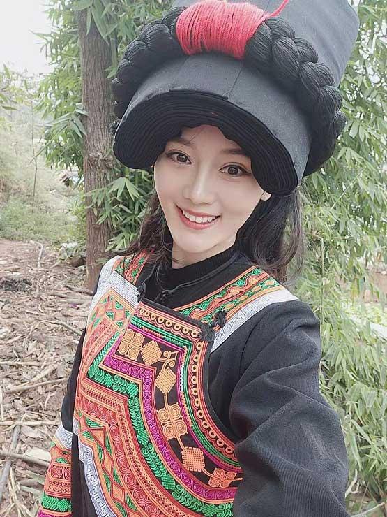 裘梦娇现身少数民族地区做公益,被赞为最美演员
