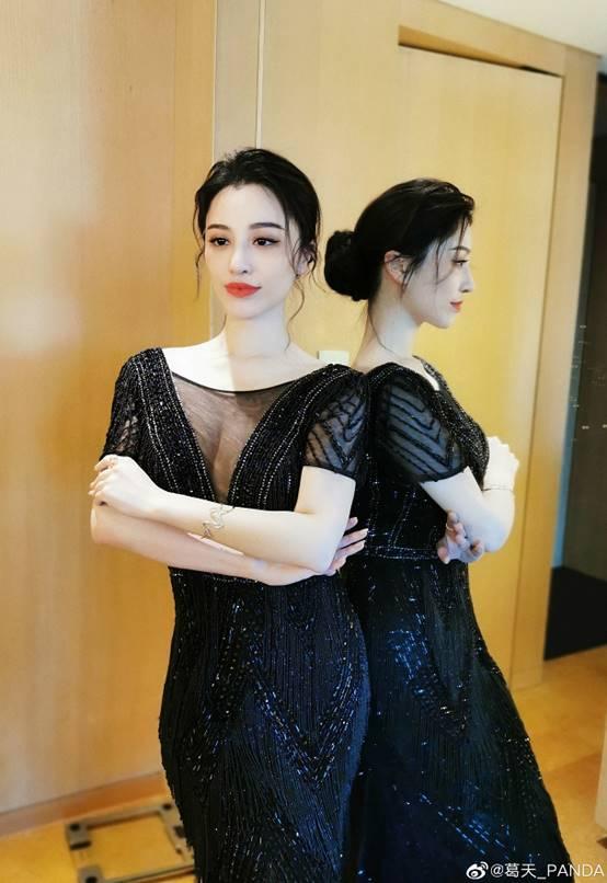 葛天参加时尚活动穿黑裙美背吸睛举止优雅秒变公主