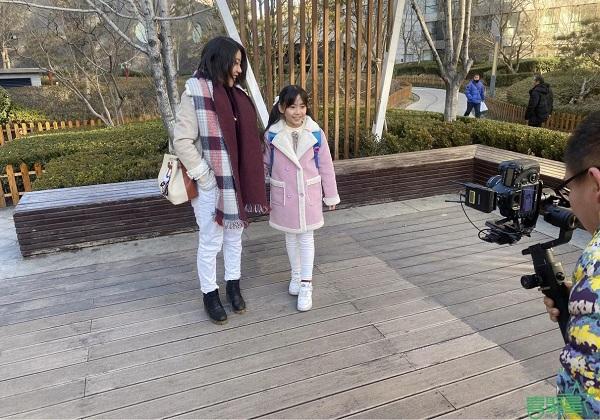 喜聚星旗下签约艺人侯雨彤受邀参与大力小班品牌广告拍摄