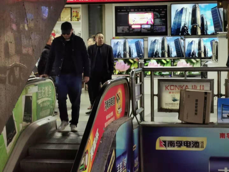 王家卫现身重庆被偶遇疑似重拍《重庆森林》