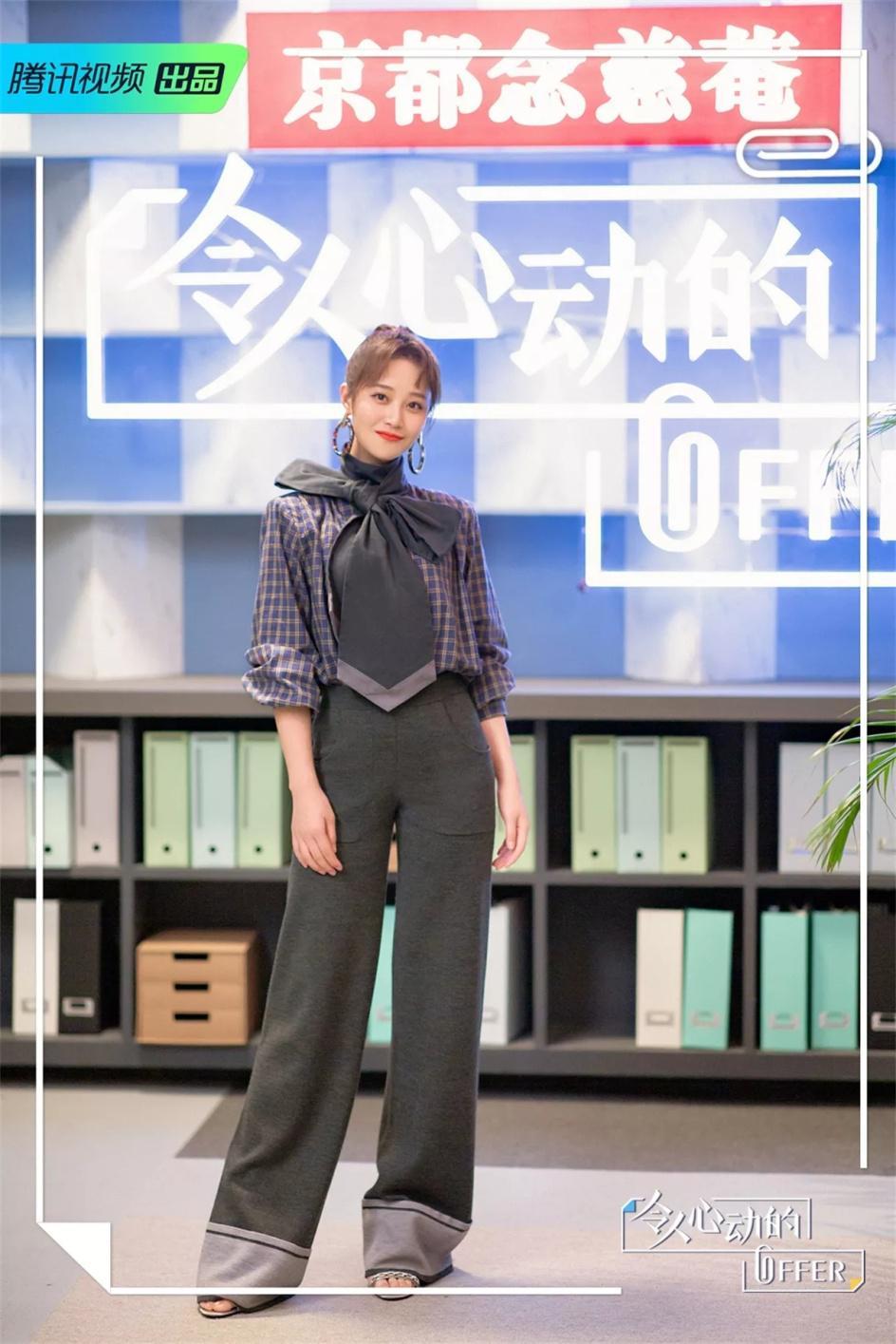 蓝盈莹穿着STELLALUNA马丁靴入镜街拍造型优雅又帅气
