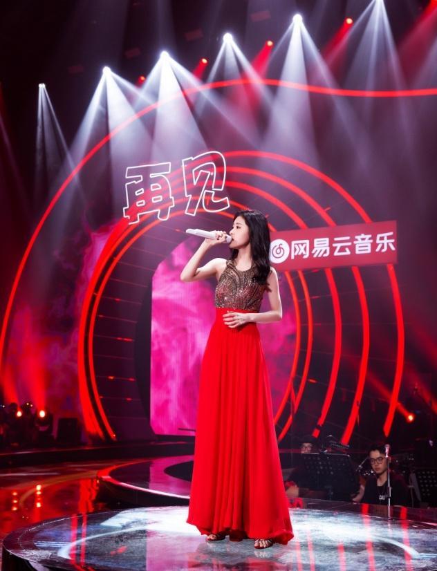 张碧晨穿着STELLALUNA高跟鞋出席《嗨唱转起来》节目录制性感撩人