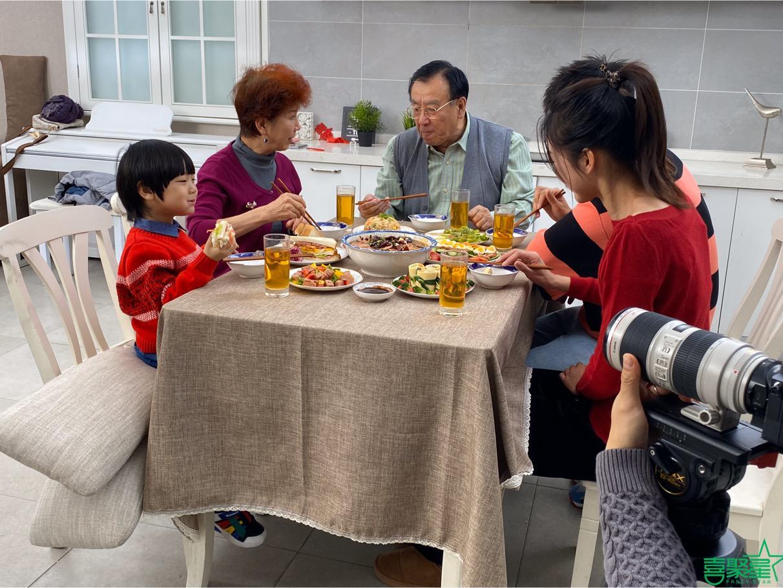 喜聚星旗下签约艺人孙锐轩受邀参与猪掌门午餐肉品牌广告拍摄
