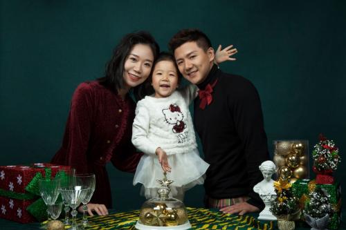 陈一冰一家三口圣诞大片曝光网友:父女俩动作表情神同步