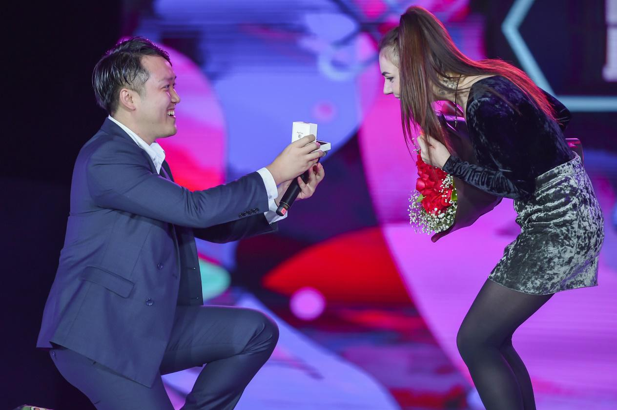 中国小伙不满乌克兰女友主动求婚,买下DR钻戒称求婚是男生该做的事情