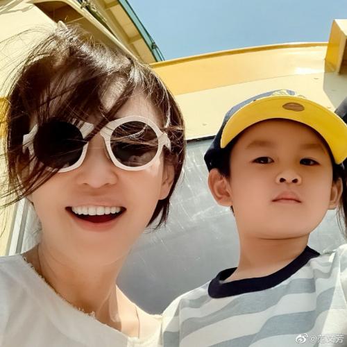 """范文芳休假陪伴爱子游玩在线cue李铭顺询问""""爸爸在哪"""""""