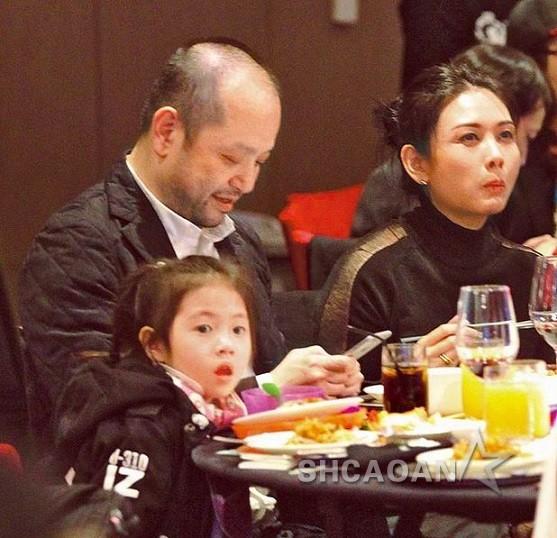 邱淑贞和老公沈嘉伟带3个女儿现身台北出席自家集团春酒(图)